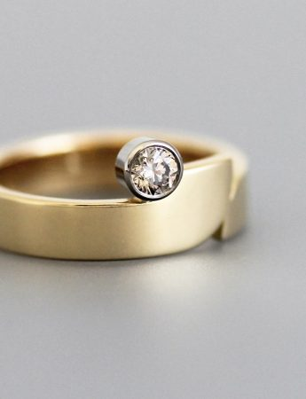 Soft Curve Ring – Gold & Diamond