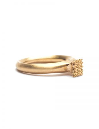 Seated Ring – Yellow Gold